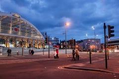 Liverpool-Kalk-Straßen-Bahnstation nachts Stockfotos
