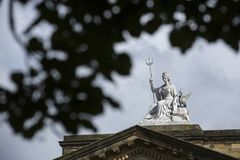 Liverpool, Merseyside Em junho de 2014, vista externo da est?tua sobre Walker Art Gallery imagem de stock royalty free