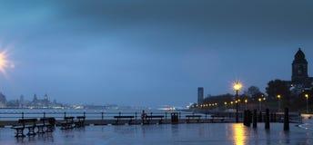 Liverpool na distância do azul da noite Imagem de Stock
