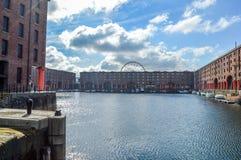 Liverpool, Reino Unido - 3 de abril de 2015 - opinião de Albert Dock com barcos e Echo Eye de Liverpool fotos de stock royalty free