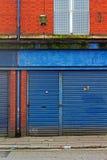 LIVERPOOL rua BRITÂNICA do 3 de abril de 2016 A das lojas do derelict que estão sendo vendidas pelo conselho imagem de stock