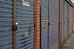 LIVERPOOL rua BRITÂNICA do 3 de abril de 2016 A das lojas do derelict que estão sendo vendidas pelo conselho para imagem de stock