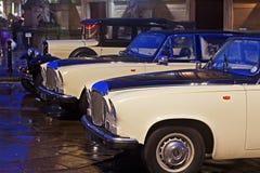 LIVERPOOL 16TH JANUARI 2016 Klassiska bilar för Daimler och modellT Ford bröllop utanför St Georges Hal Arkivbild