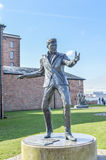 Liverpool UK - 03 April 2015 - Billy Fury skulptur på Albert Dock Royaltyfri Foto