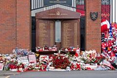 Liverpool UK, April 15 2014 - blommor som läggas för att fira minnet av 2na Arkivfoto