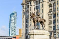 Liverpool UK - 03 April 2015 - brons statyn av konungen Edward VII på hästrygg arkivfoton
