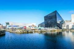 Liverpool UK - 03 April 2015 - museet av Liverpool och öppnar ögongallerisikt från skeppsdocka på burk Fotografering för Bildbyråer