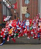 Liverpool UK, April 15 2014 - Scarves som hängs för att fira minnet av 2na Arkivbild