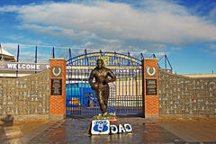 LIVERPOOL UK JANUARI 8TH 2016 Dixie Dean staty och vägg av Fam Arkivfoto