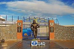 LIVERPOOL UK JANUARI 8TH 2016 Dixie Dean staty och vägg av Fam Arkivfoto