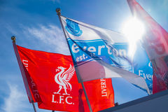 Liverpool- und Everton-Fußballteamflaggen Lizenzfreies Stockfoto
