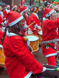 LIVERPPOL UK 6TH DECEMBER 2015, Batala sambamusikband i santa kostnad Royaltyfria Foton