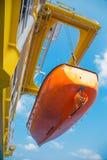 Livfartyg, överlevnadhantverk eller räddningsaktiongalt på landning för fossila bränslenplattform för prov Arkivbild