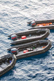 Livfartyg i havet för hjälp- och servicefolk Räddningsaktionfartyg i havet, Rubber fartyg med motorn Royaltyfria Bilder