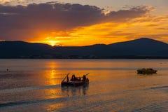 Livfartyg i vattnet på solnedgången Arkivbilder