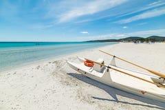 Livfartyg på en vit strand i Sardinia Royaltyfria Bilder
