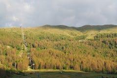 Livigno, Sondrio, Italië De kabelbaan die tot de bovenkant van Onderstel Mottolino stijgt Italiaanse Alpen Royalty-vrije Stock Afbeeldingen