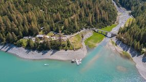 Livigno, Sondrio, Italie Vue aérienne de bourdon du lac Livigno la loge Alpisella Alpes italiens l'Italie images libres de droits
