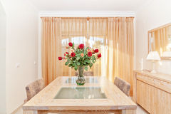 The living room of a beautiful bouquet of red roses in a vase. O Royalty Free Stock Image