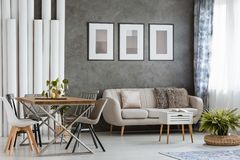 Living room with beige couch Royalty Free Stock Photos