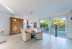 Livingroom i härligt hus Royaltyfri Foto