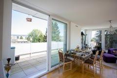 Livingroom med terrassen Royaltyfria Bilder