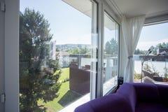 Livingroom med terrassen Arkivbild