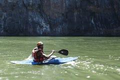 LIVINGSTONE - 1-ОЕ ОКТЯБРЯ 2013: Весьма kayaker получает готовым к att Стоковые Изображения RF