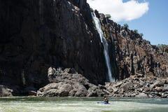 LIVINGSTONE - OKTOBER 01 2013: Den extrema kayakeren försöker mighen Royaltyfri Fotografi
