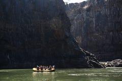 LIVINGSTONE - OKTOBER 01 2013: Den extrema rafting gruppen får klar Royaltyfria Foton