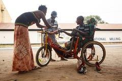 LIVINGSTONE - OKTOBER 14 2013: Rörelsehindrad man för lokal med en adapte Arkivbild
