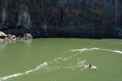 LIVINGSTONE - PAŹDZIERNIK 01 2013: Krańcowy kayaker dostaje gotowym att Zdjęcie Royalty Free