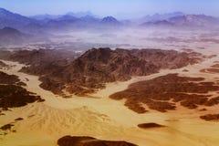 Livlös arabisk öken med berg i Egypten arkivfoton
