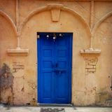 Livlig blå dörr i persikabyggnad i Rishikesh Indien Royaltyfri Foto