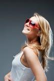 Livlig blond kvinna med ett älskvärt leende royaltyfri fotografi