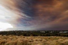 Livlig Bush brand fördunklar över förorts- Sydney Royaltyfri Foto