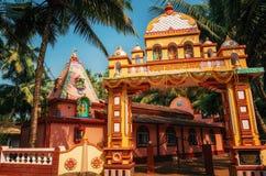 Livlig färgrik hinduisk tempel på Morjim, Goa, Indien Royaltyfri Foto