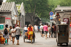Livlig gata i den gammala Hutongsen av Beijing Arkivfoton