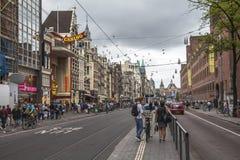 Livlig gata i mitten av Amsterdam royaltyfri bild