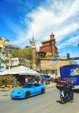 Livlig gata längs Bosphorus med Borusan moderna Perili Kosk Royaltyfri Bild