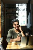 Livlig konversation mellan två ungdomari kafé Arkivfoto