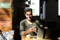 Livlig konversation mellan två ungdomari kafé Royaltyfri Foto