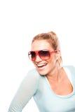 Livlig kvinna, i att skratta för solglasögon Arkivbilder
