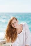 Livlig kvinna på sjösidan Arkivfoton