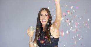 Livlig kvinna som har gyckel på ett parti för nytt år arkivfoto