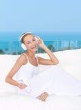 Livlig kvinna som lyssnar till musik Royaltyfri Fotografi