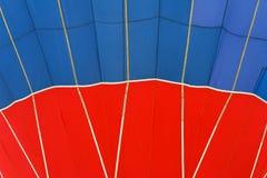 Livlig modell för närbild och textur av ballongen för varm luft Ljusa röda och blåa färger Abstrakt bakgrund för ljust Royaltyfri Foto