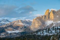 Livlig naturlig ladnscape av den tidiga våren i den alpina dalen Fotografering för Bildbyråer