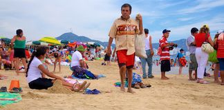 Livlig offentlig strand i mitt av vardagen Arkivfoton