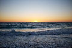Livlig orange tropisk solnedgång på Anna Maria Island Royaltyfria Bilder